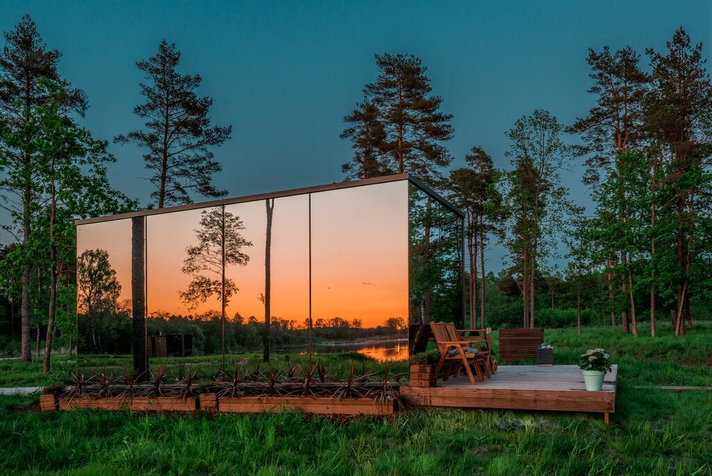Kääriku ÖÖD mirror house